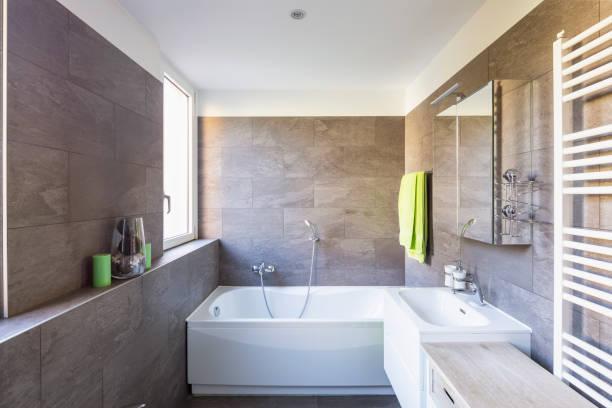 Elegantes Badezimmer mit dunklen Fliesen – Foto