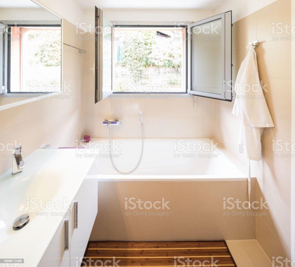 Elegantes Badezimmer mit großen Waschbecken und Spiegel – Foto