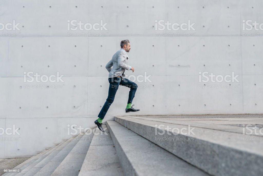elegante bärtigen Geschäftsmann laufen Treppen im freien – Foto