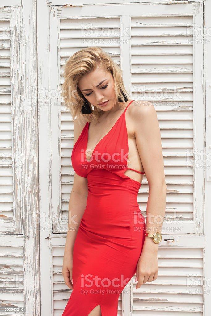 Mooie Rode Jurk.Elegante Mooie Dame In Rode Jurk Stockfoto En Meer Beelden Van
