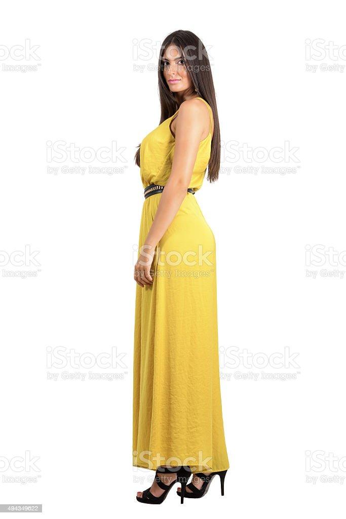 41c7e762a8 Elegante Belleza Modelo En Vestido Amarillo La Noche Vista Lateral ...