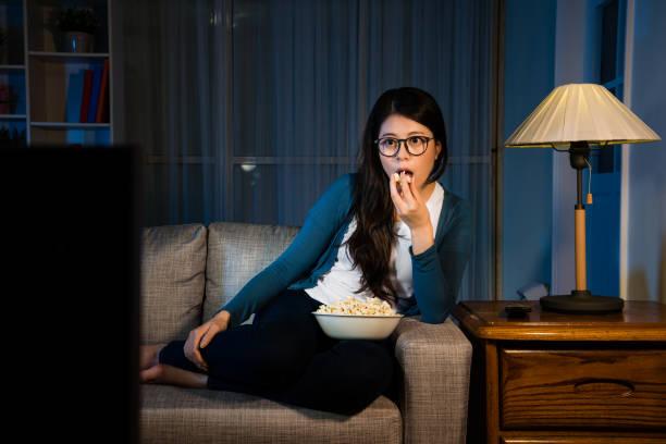 elegante schönheit frau man fernsehen - mädchen night snacks stock-fotos und bilder