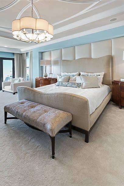 elegante schlafzimmer - gepolsterte bank stock-fotos und bilder