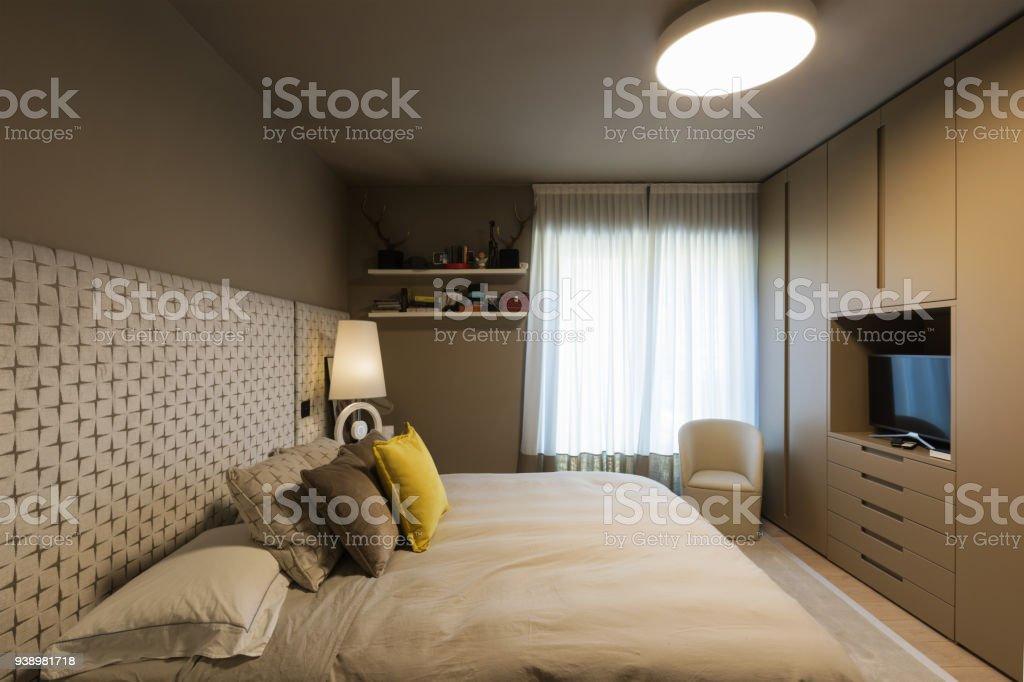 Elegante Schlafzimmer mit Kleiderschrank – Foto