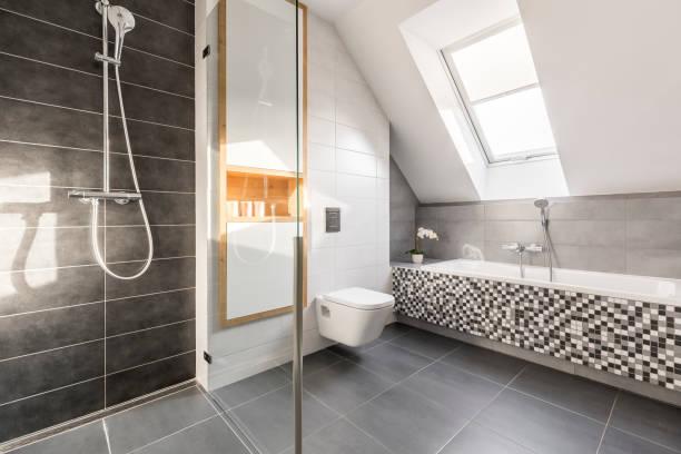 elegante helle stein bad - badezimmer rustikal stock-fotos und bilder