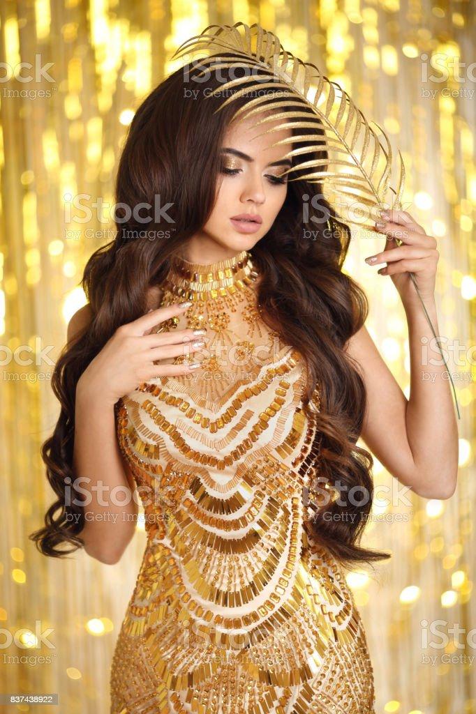 Elegante Morena En Vestido De Noche De Oro Moda Glamour