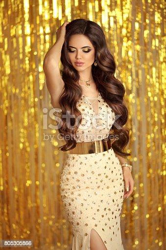 cfd67175371 Photo libre de droit de Brune Élégante En Robe Dor Étincelant Style De Mode  Glamour Belle Femme Magnifique Avec Le Style De Cheveux Longs Ondulés  Posant Sur ...