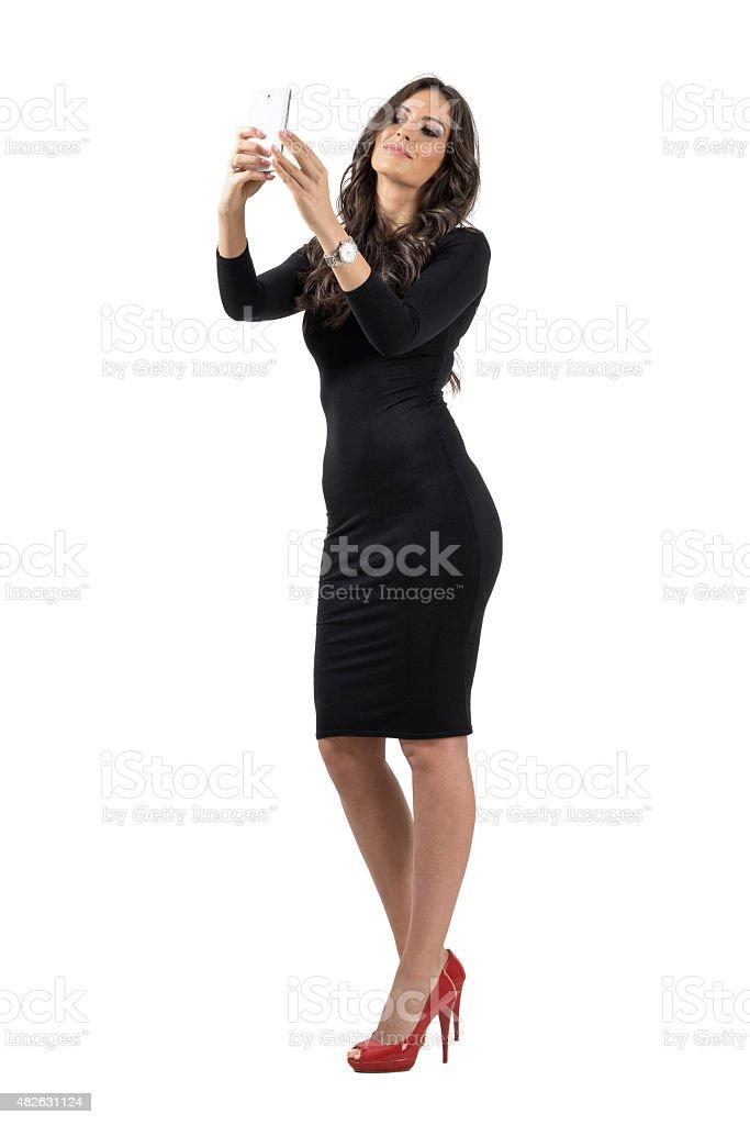 e3c02c0ea9e8 Elegante Donna d affari in abito nero parlando selfie con cellphone foto stock  royalty-