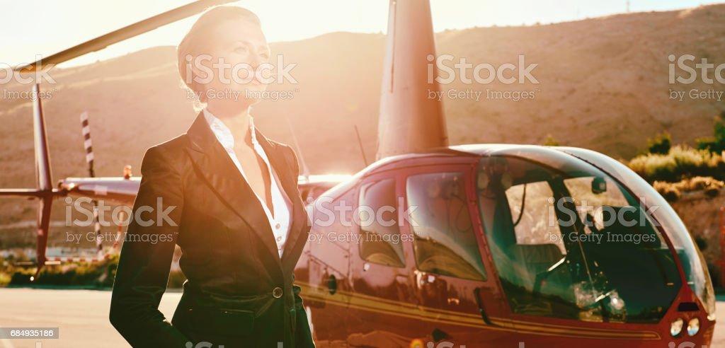 Elegante Business-Frau in der Nähe der Hubschrauber Lizenzfreies stock-foto