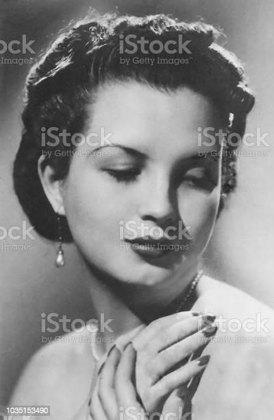 Elegant caucasian woman picture id1035153490?b=1&k=6&m=1035153490&s=612x612&h=tcq9puzmmxiqqtwfonuigkxkehbv2utbjaqgjc0qdwm=