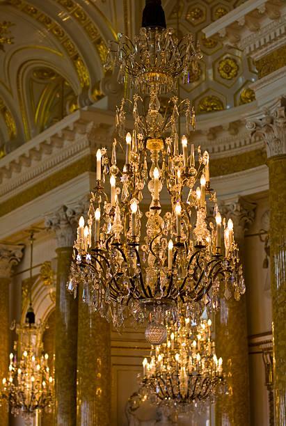 elegante kronleuchter, das königliche schloss in warschau, polen - alten kronleuchter stock-fotos und bilder