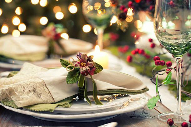 elegante weihnachten-esstisch - roten küchentische stock-fotos und bilder