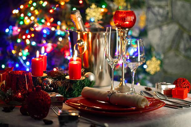 elegante weihnachten-tisch-anordnung - roten küchentische stock-fotos und bilder