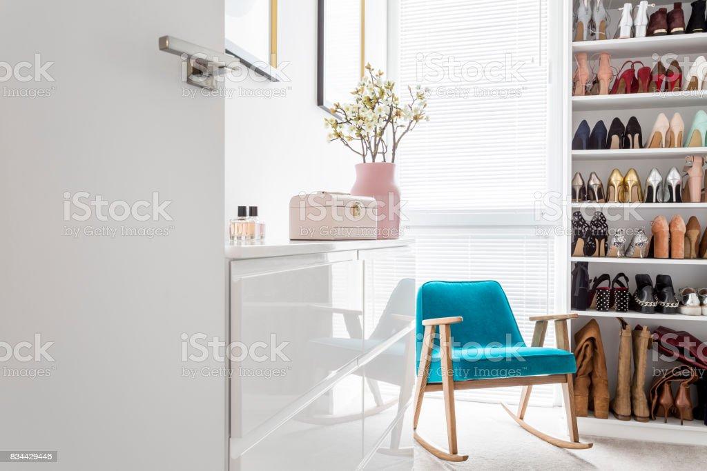 Elegante Schrank mit blauen Sessel – Foto