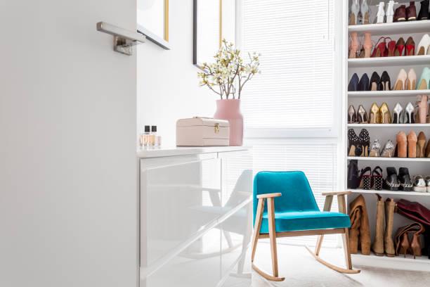 elegante schrank mit blauen sessel - anrichte weiß stock-fotos und bilder