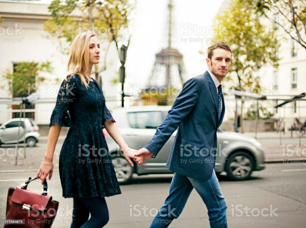 Elegante pareja en París - foto de stock