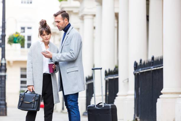 Elegante Paar stehen in der Stadt Straße, Mann mit Handy – Foto