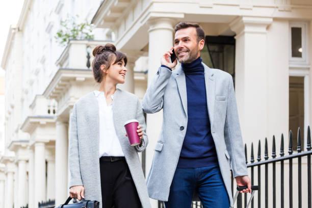 couple élégant marche dans la rue, de ville homme parler téléphone - mode londres photos et images de collection