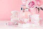 ロマンチックな女の子らしいドレッシングテーブルのためのエレガントな装飾 - 異なるバスやスパの化粧品、アクセサリー、白い木製ボード上のパステルピンク色のバラのブーケ、クローズ�