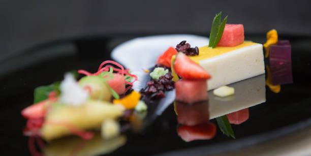 elegante dessert in einem teller - vegane hochzeitstorte stock-fotos und bilder
