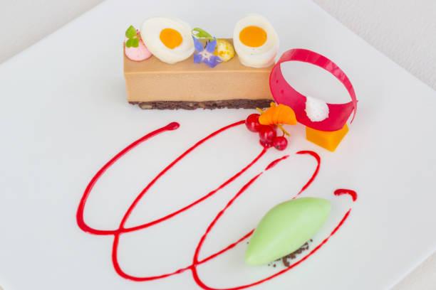 elegante dessert teller, molekularküche, haute couture-dessert - vegane hochzeitstorte stock-fotos und bilder
