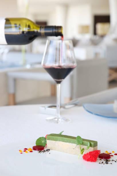 elegante dessert serviert am tisch im restaurant - molekularküche, haute couture-dessert - vegane hochzeitstorte stock-fotos und bilder