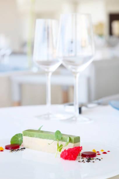 elegante dessert serviert am tisch im restaurant - vegane hochzeitstorte stock-fotos und bilder
