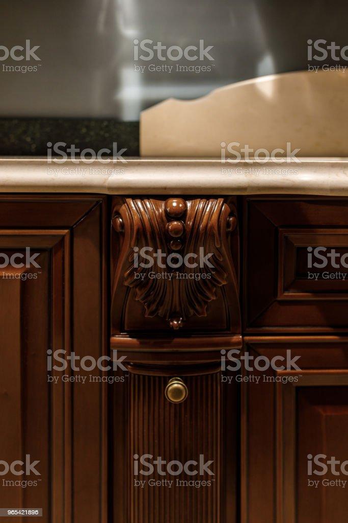 Detalhes elegantes de balcão de madeira na cozinha elegante - Foto de stock de Artigo de decoração royalty-free