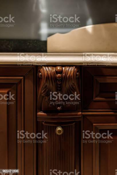 Foto de Detalhes Elegantes De Balcão De Madeira Na Cozinha Elegante e mais fotos de stock de Artigo de decoração