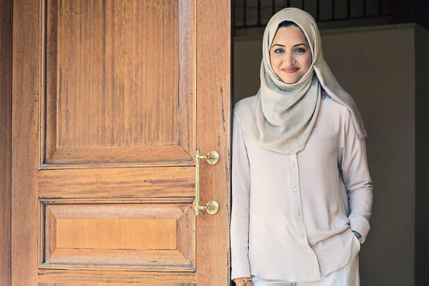 élégante femme des émirats arabes unis - femme arabe photos et images de collection