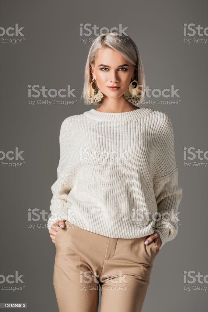 Elegante Moda Mujer Posando En El Sueter Blanco Y Pantalones Beiges Aislados En Gris Foto De Stock Y Mas Banco De Imagenes De A La Moda Istock