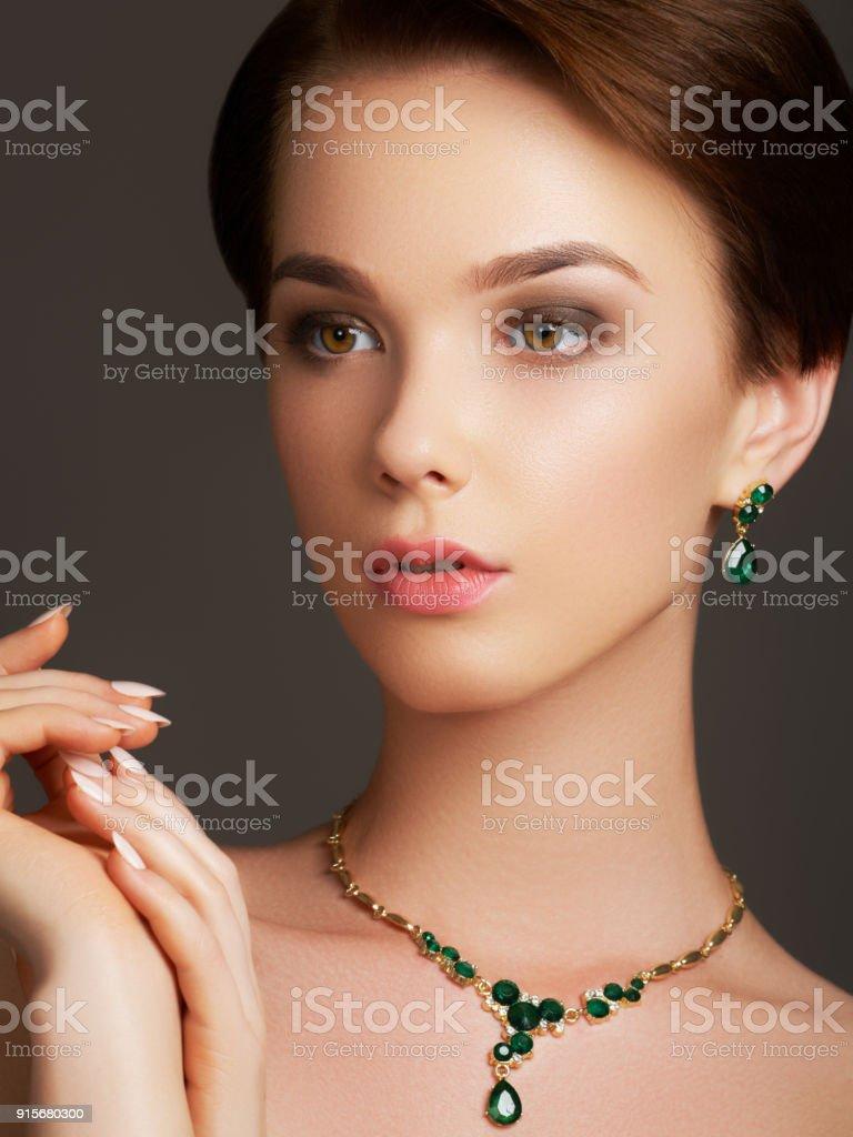8c4e0e012020 Elegante modische Frau mit Schmuck. Schöne Frau mit Smaragd Halskette.  Junge Schönheit Modell mit