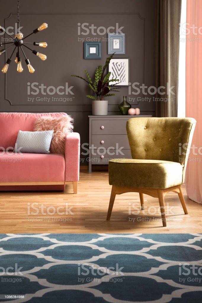 Auf Teppich Sessel Mit Elegante Grüne Und Muster Einen Blauen FlcTK1J