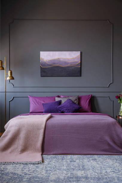 elegantes hotel zimmer echtphoto mit gemälde an der wand und einem großen bett in der mitte - pflaumen wände stock-fotos und bilder