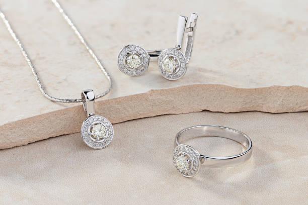 elegant smycken uppsättning av vitt guld ring, halsband och örhängen med diamanter - ädelsten bildbanksfoton och bilder