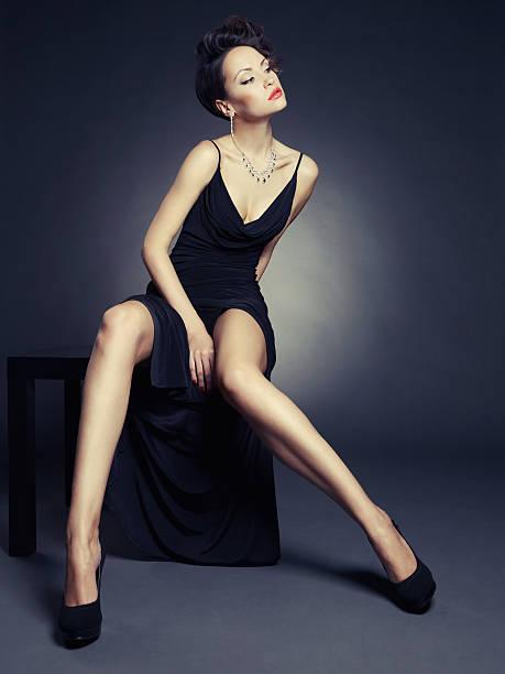 elegante dame im abendkleid - schwarze hohe schuhe stock-fotos und bilder