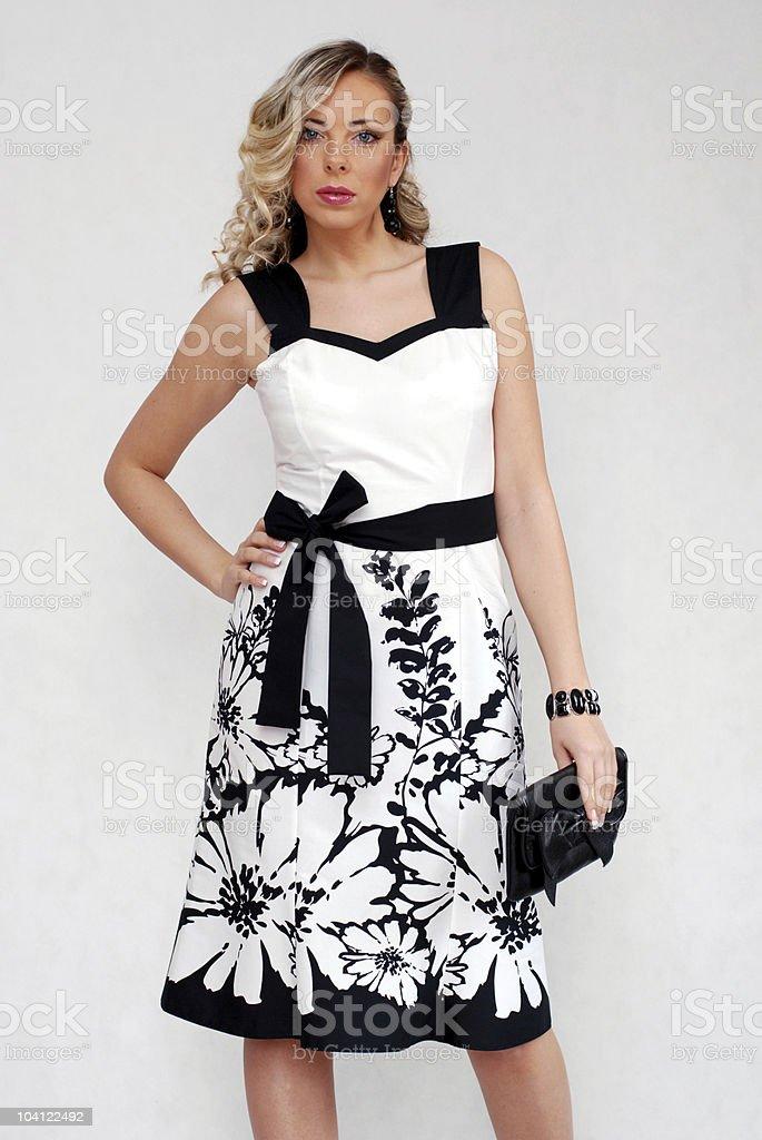 Elegante Dama Usando Vestido Blanco Y Negro Foto De Stock Y