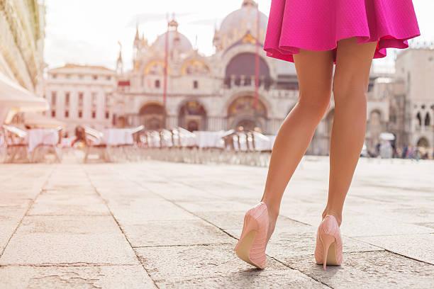 elegante dame mit schönen beine in high heel schuh - damen rock pink stock-fotos und bilder