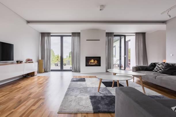 elegantes wohnzimmer mit offenem kamin - kamin weiß stock-fotos und bilder