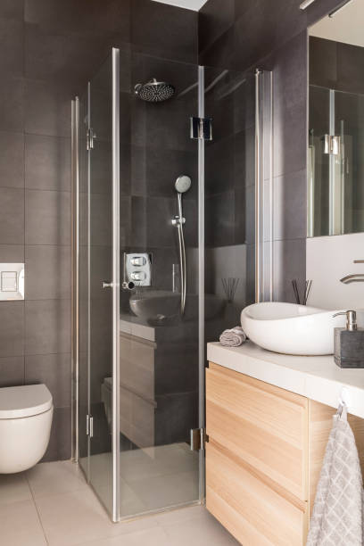 elegante luxus graue badezimmer interieur - badezimmer rustikal stock-fotos und bilder