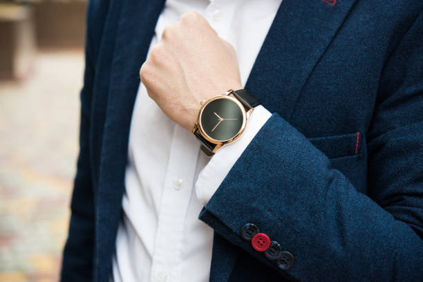 elegant homme en costume bleu, la main de l'homme affaires avec la mode sans br - montre photos et images de collection