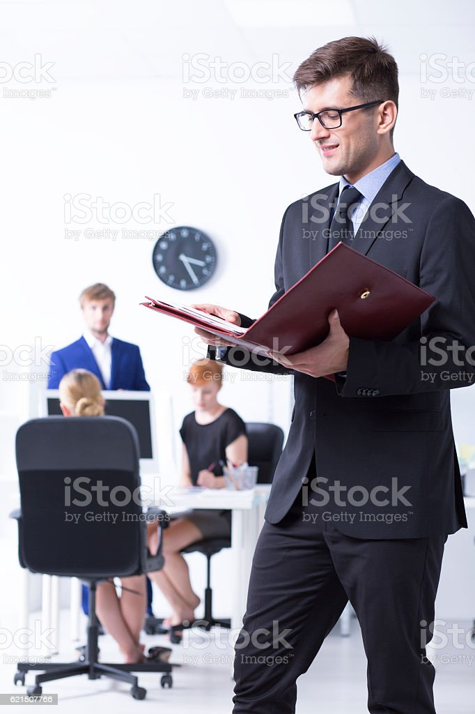 Elegant man reading documents at office foto stock royalty-free
