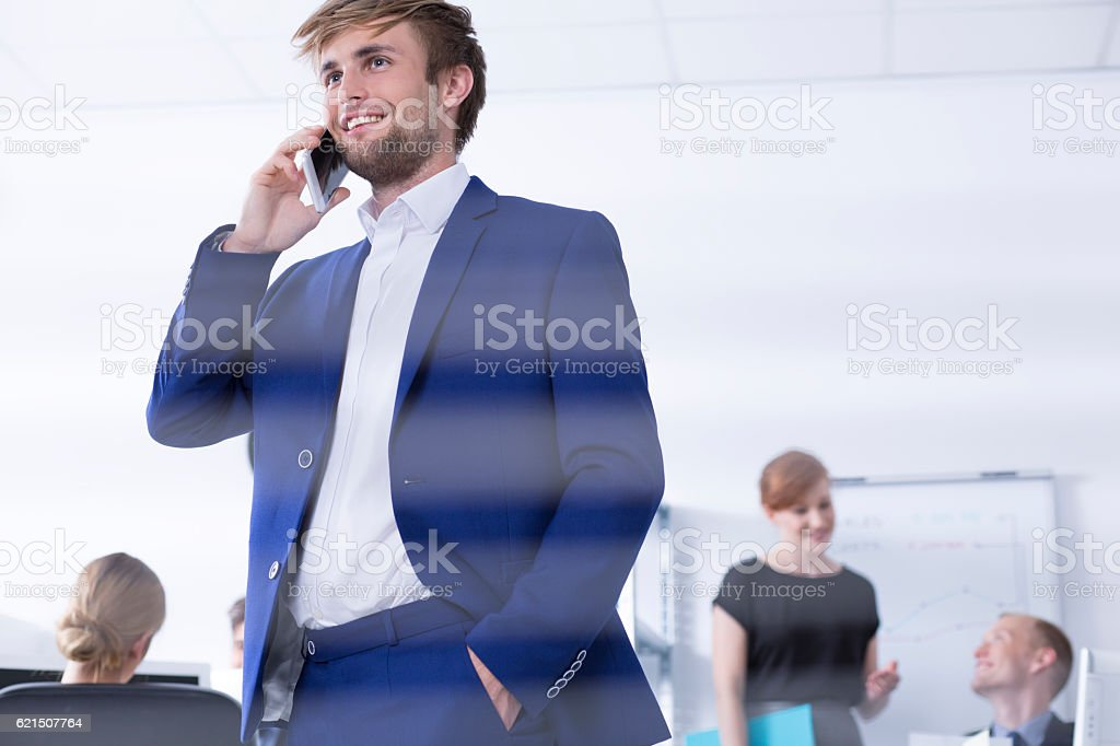 Elegant man talking on the phone photo libre de droits