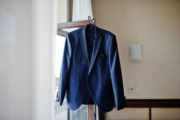 新郎の朝にエレガントな男性の結婚式のスーツ。 - ジャケット ストックフォトと画像