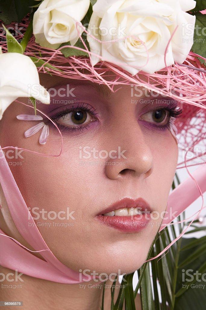Elegante modello con Rose nel suo cappello foto stock royalty-free