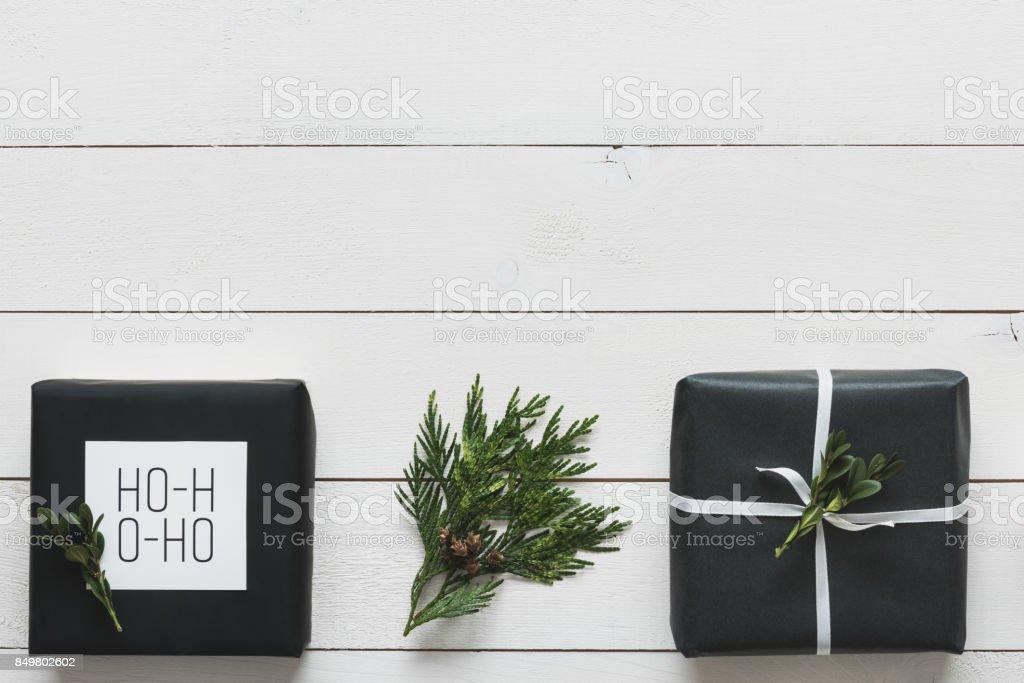 Elegante Weihnachtsgeschenke nordischen, Schreibtisch-Ansicht von oben, DIY xmas – Foto