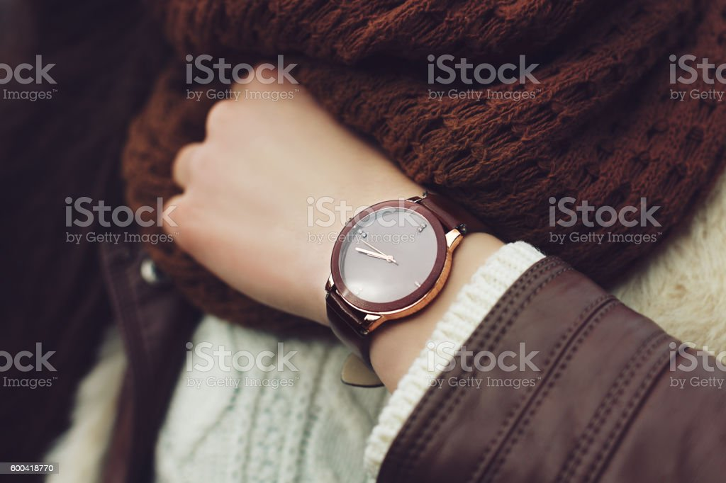 Elegant outfit. Closeup. Brown wrist watch on hand of stylish – Foto