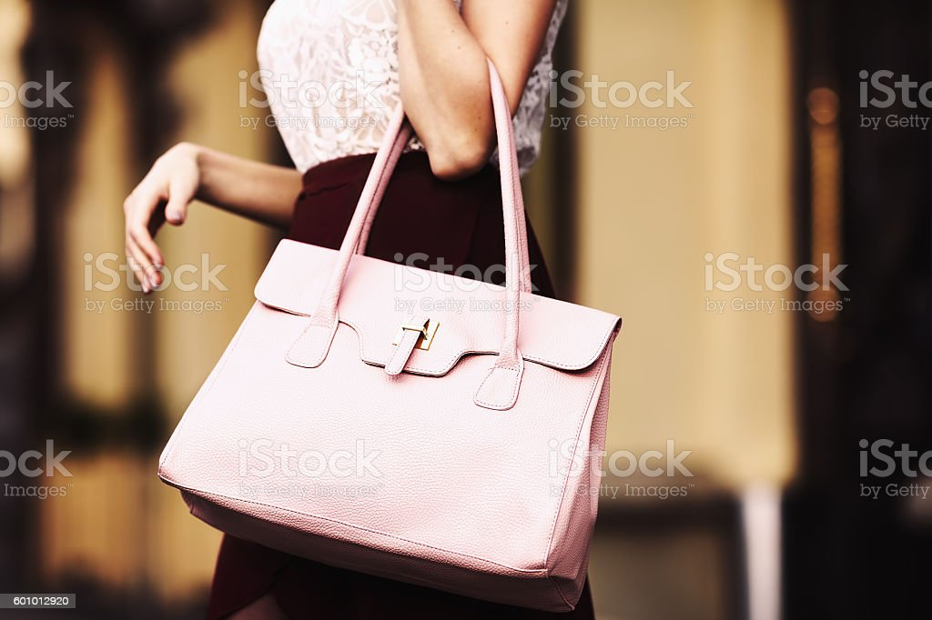 Elegant outfit. Closeup. Leather bag in hands of stylish woman - foto de stock