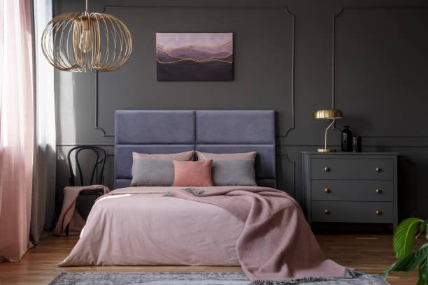 elegante pastell schlafzimmer innenraum - pflaumen wände stock-fotos und bilder