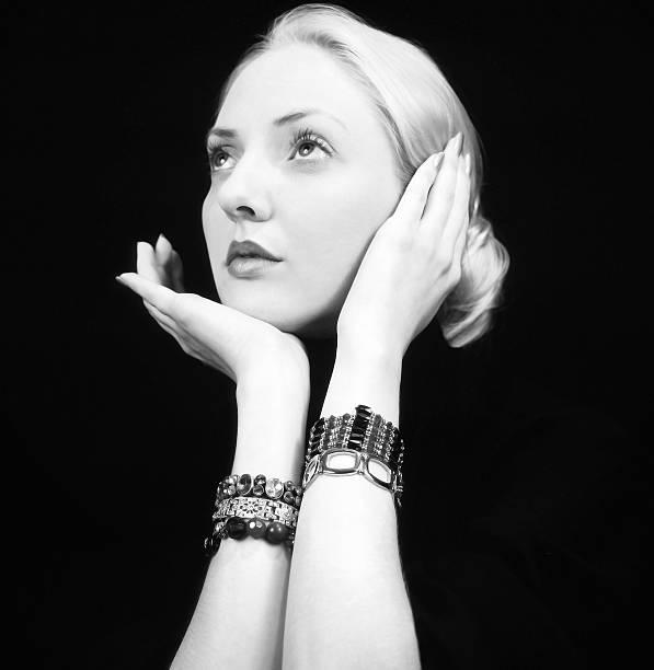 elegante platinum blonde porträt - moderne 50er jahre mode stock-fotos und bilder